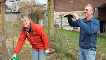 Knipsen für Facebookaccount: Urs Weyeneth fotografiert Ehefrau Rosmarie beim Hühnerfüttern.
