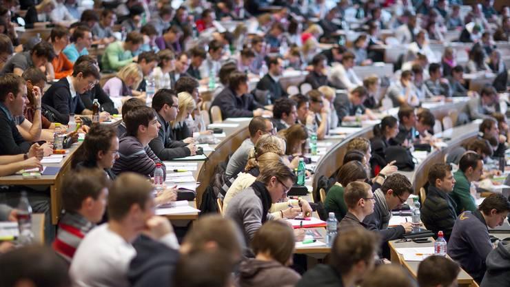 Der Andrang von ausländischen Studenten in der Schweiz nimmt kein Ende.