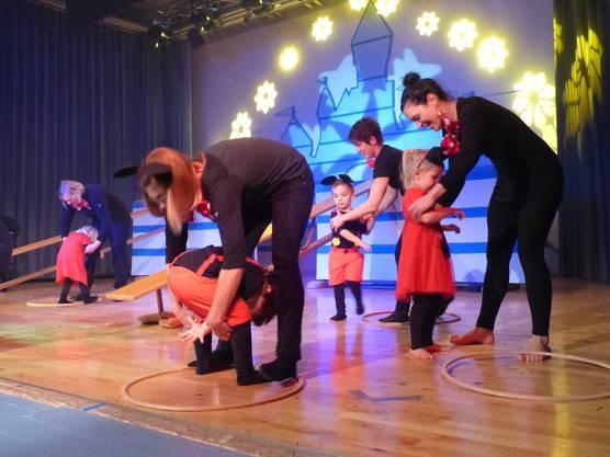 Turnende herzige Mickymäuse mit ihren Mamas an der Turnershow-Premiere in Wöflinswil.