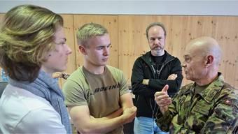 Der Chef der Schweizer Luftwaffe, Bernhard Müller (r.), unterhält sich nach seinem Auftritt an der Kanti Wettingen mit Schülern und interessierten Zuhörern. zvg