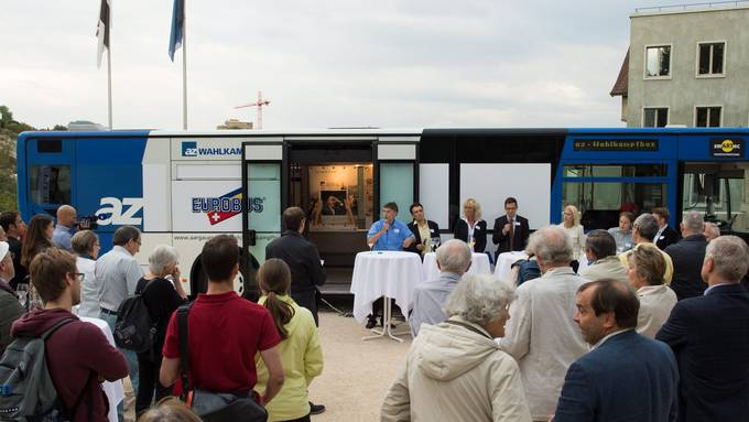 Der az-Wahlkampfbus an seiner ersten Etappe auf dem Theaterplatz in Baden mit Luzi Stamm, Johannes Jenny, Susanne Voser, Christian Dorer, Lilian Studer, Florian Vock und Jonas Fricker.