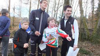 Matthias Kyburz (Mitte) stand den OL-Neulingen mit Rat und Tat zur Seite. wwl