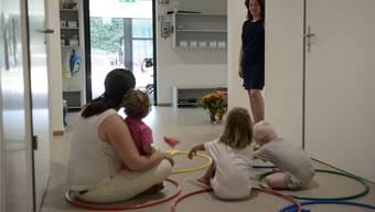 Viele Eltern setzen für die Kinderbetreuung auf Krippen. Diese Möglichkeit haben seit 1. Juli auch die Angestellten im Kantonsspital Liestal in der Kita Feldsäge unter der Leitung von Beatrice Breu (stehend).