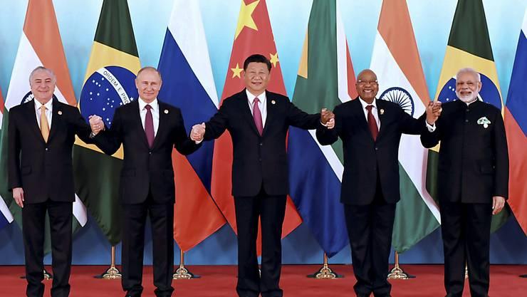 Die Regierungs- und Staatschefs der BRICS-Gruppe demonstrierten an ihrem Gipfel in China grosse Einigkeit gegen Protektionismus (v.l.): Michel Temer, Brasilien; Vladimir Putin, Russland; Xi Jinping, China; Jacob Zuma, Südafrika; Narendra Modi, Indien.