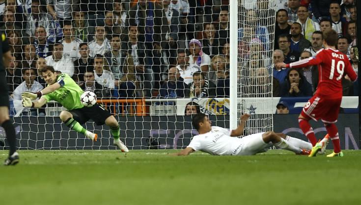 Kein Durckommen für Bayerns Mario Götze gegen Real-Keeper Iker Casillas.