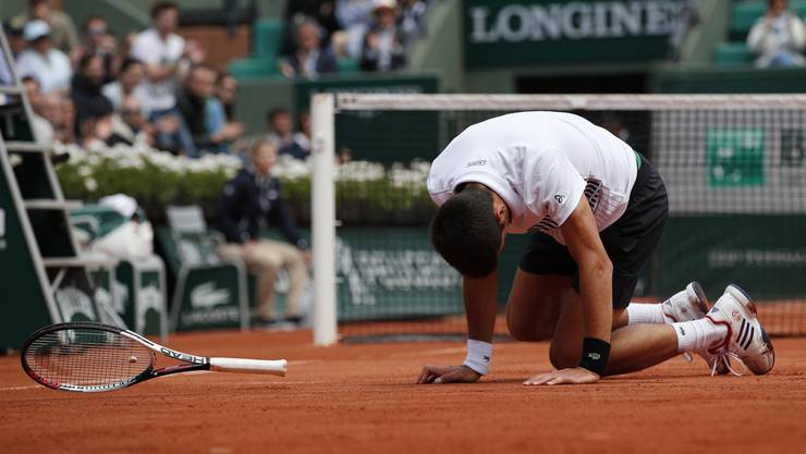 Novak Djokovic liegt am Boden.