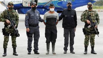 Das Militär präsentiert einen verhafteten Entführer.