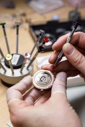 Matthäus Friedli, der Uhrmacher von UNE, arbeitete zuvor mitunter für Breitling. «Ein Meister seines Fachs», so die Gründer.