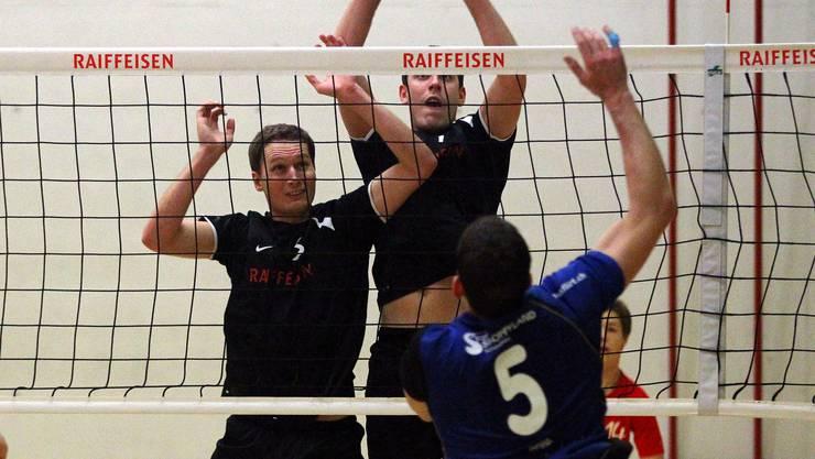 Reto Binkert (links) und Philip Gabathuler (beide Lunkhofen) gegen Andreas Moser (Münchenbuchsee).