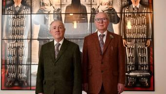 Das britische Künstlerduo Gilbert & George - hier in ihrer aktuellen Ausstellung in einer Berliner Kirche - musste sich wegen seiner sexuellen Orientierung mit Tee begiessen lassen.