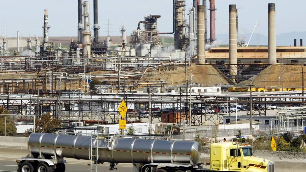 Der amerikanische Ölkonzern Chevron plant Massenentlassungen. (Archivbild)