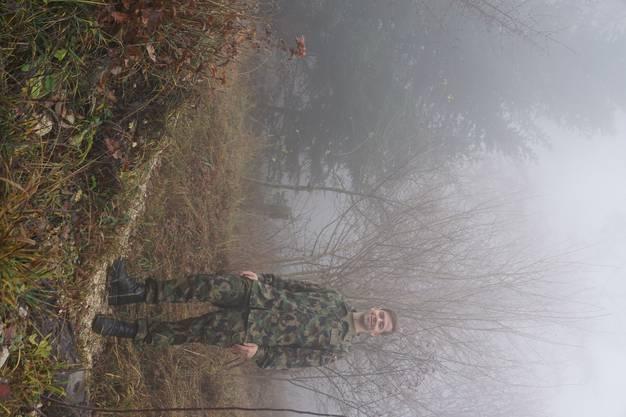 Für das Foto im nebligen Wald von Magglingen steigt Yves Kaiser gerne noch einmal extra in seinen Tarnanzug.