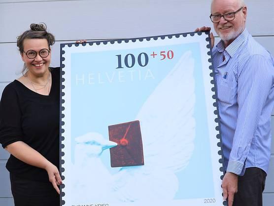 Die Künstlerin Susanne Krieg und Jean-Paul Bach, Präsident des Schweizerischen Briefmarken-Händler-Verbands, präsentierten die Sondermarke.