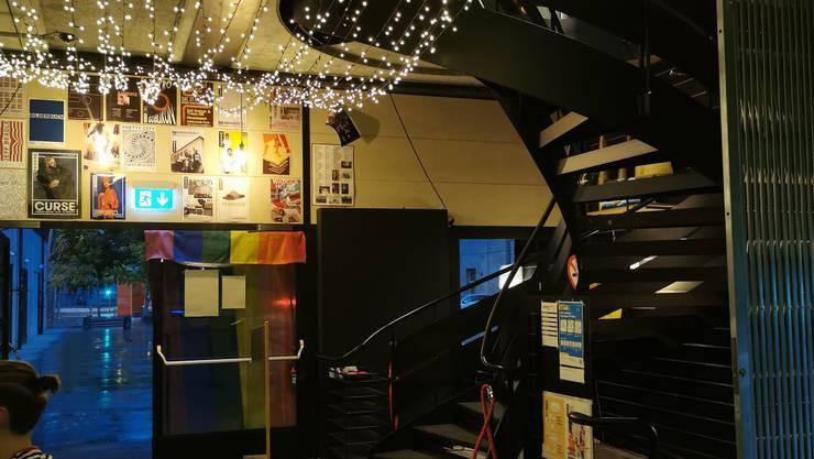 Neben der Prideflagge hängen in der Milchbar auch Lichterketten.
