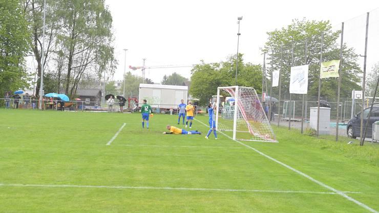 Engstringens Patrick Meir (im blauen Trikot) bejubelt das 2:0, Schlierens Marco Belperio liegt konsterniert am Boden.