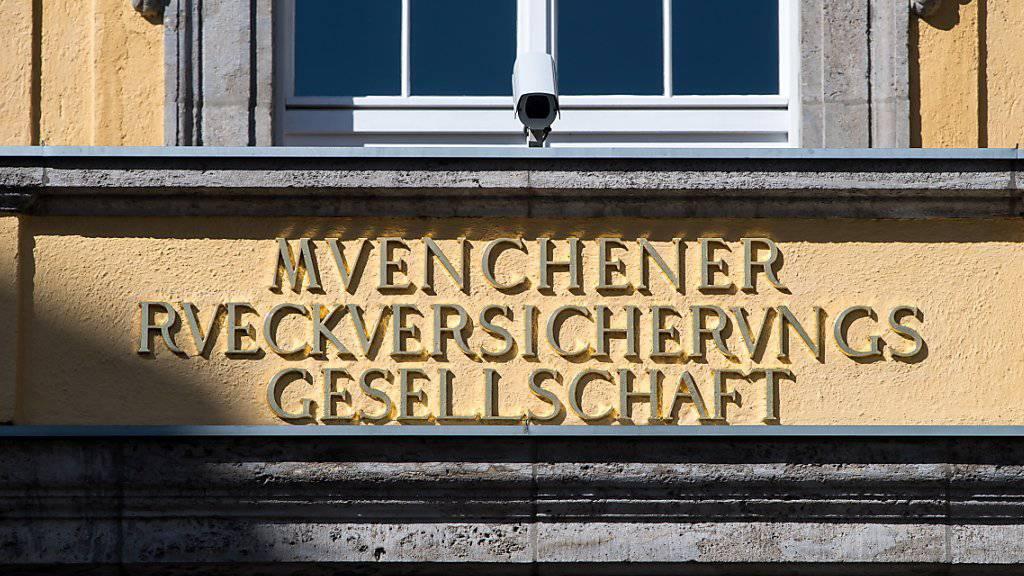 Höhere Katastrophenschäden haben dem weltgrössten Rückversicherer Munich Re zum Jahresstart einen deutlichen Gewinnrückgang eingebrockt. (Archiv)