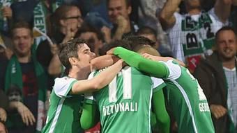 Die Bremer liegen sich nach dem Sieg gegen den VfB Stuttgart in den Armen und verliessen die Abstiegsplätze