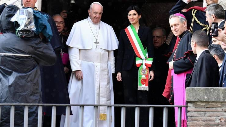 Papst Franziskus wird am Dienstag von Roms Bürgermeisterin Virginia Raggi bei seiner Ankunft beim Rathaus begrüsst.