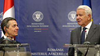 Bundesrat Ignazio Cassis (links) hat in Bukarest den rumänischen Aussenminister Teodor Meleșcanu getroffen.