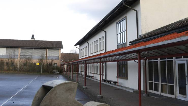 Rund 80'000 Franken werden im Kindergarten und im Schulhaus (im Bild) für dringende Sanierungsarbeiten investiert.