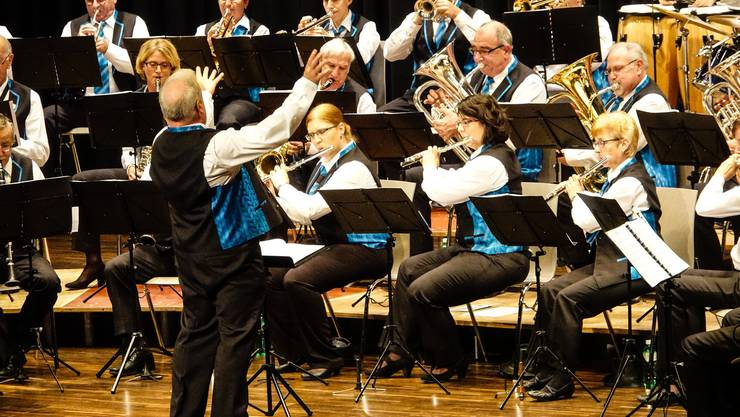 Die Harmonie Turgi Gebenstorf lässt sich vom Temperament ihres Dirigenten Markus Schmid anstecken und gibt vollen Einsatz.