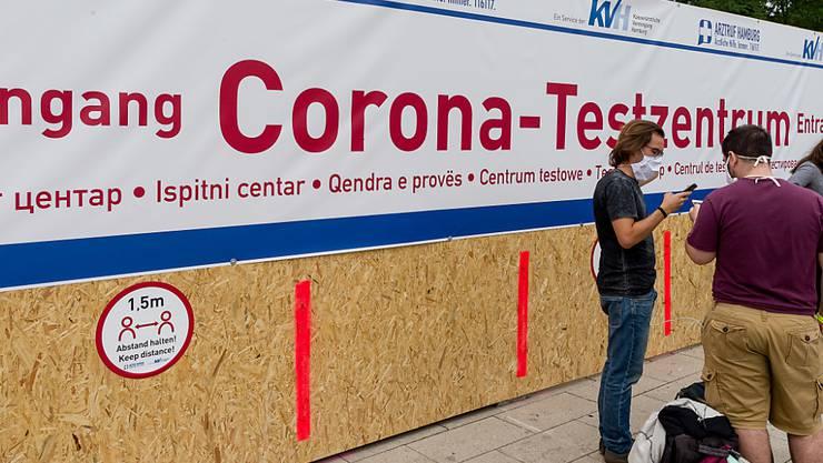 ARCHIV - Ein Schriftzug weist zum Eingang des neuen Corona-Testzentrums der Kassenärztlichen Vereinigung am Hauptbahnhof hin, in dem Reiserückkehrer sich testen lassen können. Foto: Markus Scholz/dpa