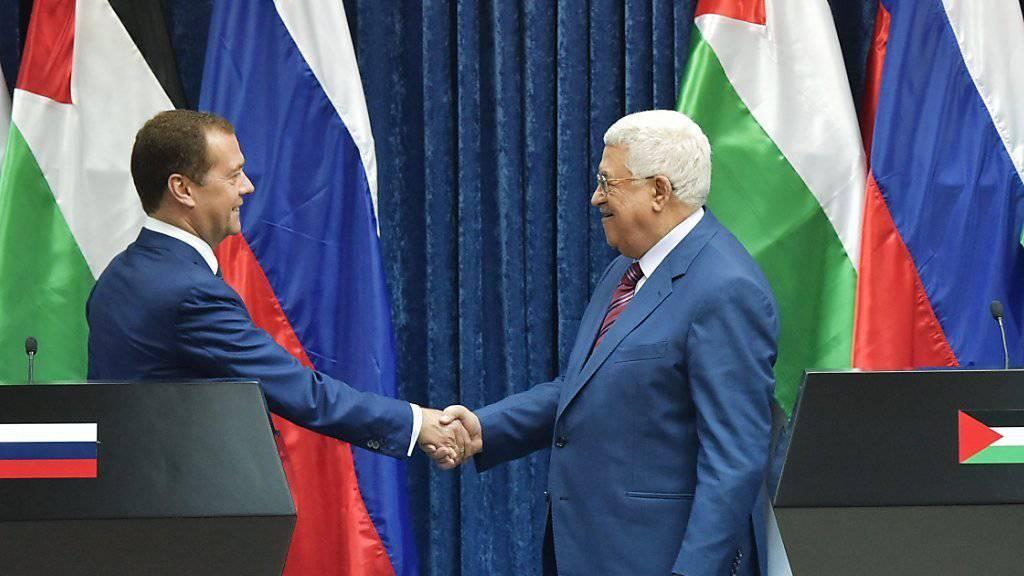 Palästinenserpräsident Mahmud Abbas (r.) und der russische Ministerpräsident Dmitri Medwedew bei einer Medienkonferenz nach einer Zusammenkunft in Jericho.