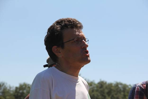 Geschäftsführer von Pro Natura Aargau, Johannes Jenny, erklärt die Löcher