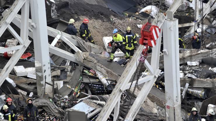 Dach von Supermarkt in Riga eingestürzt