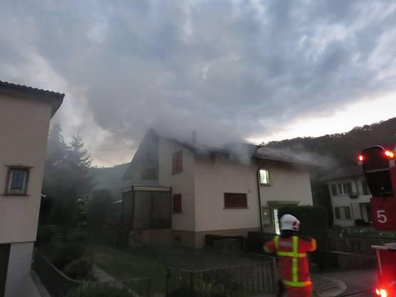 In einem Dachstock eines Doppeleinfamilienhauses ist ein Brand ausgebrochen. Zwei Personen wurden zur Kontrolle ins Spital gebracht.