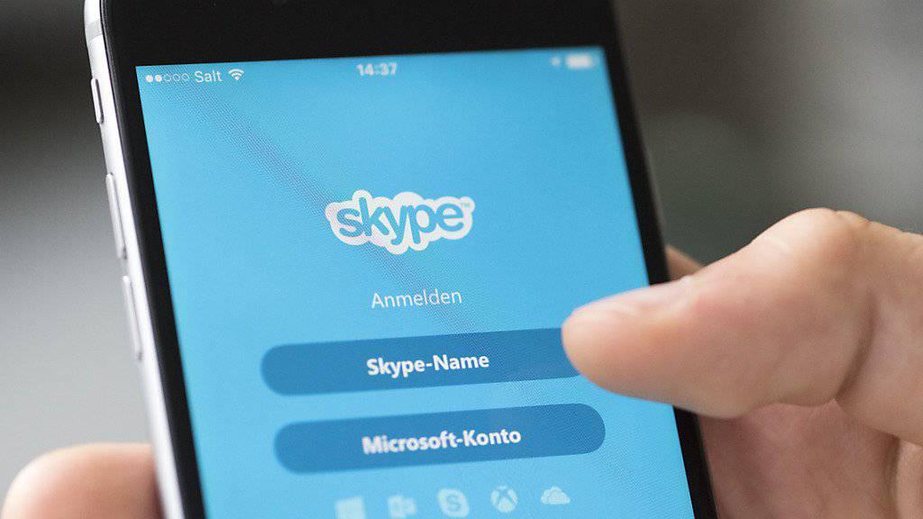 Gespräche im Onlinetelefonie-Dienst Skype können von Microsoft-Mitarbeitern mitgehört werden. (Symbolbild)