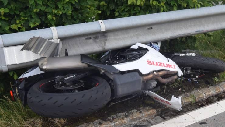 Der Töfffahrer prallte nach einem Überholmanöver in die Leitplanke. Er starb noch auf der Unfallstelle.