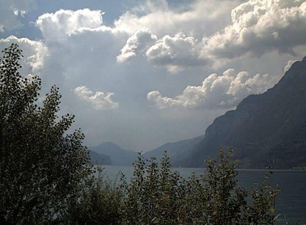 Unterterzen am Freitag gegen 18 Uhr: Erste Gewitterwolken ziehen auf. (Bild: swisswebcams)