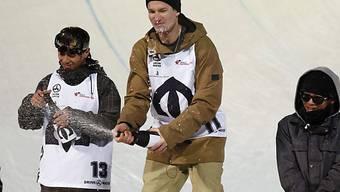 Iouri Podladtchikov (m.) lässt in Oslo den Korken knallen.