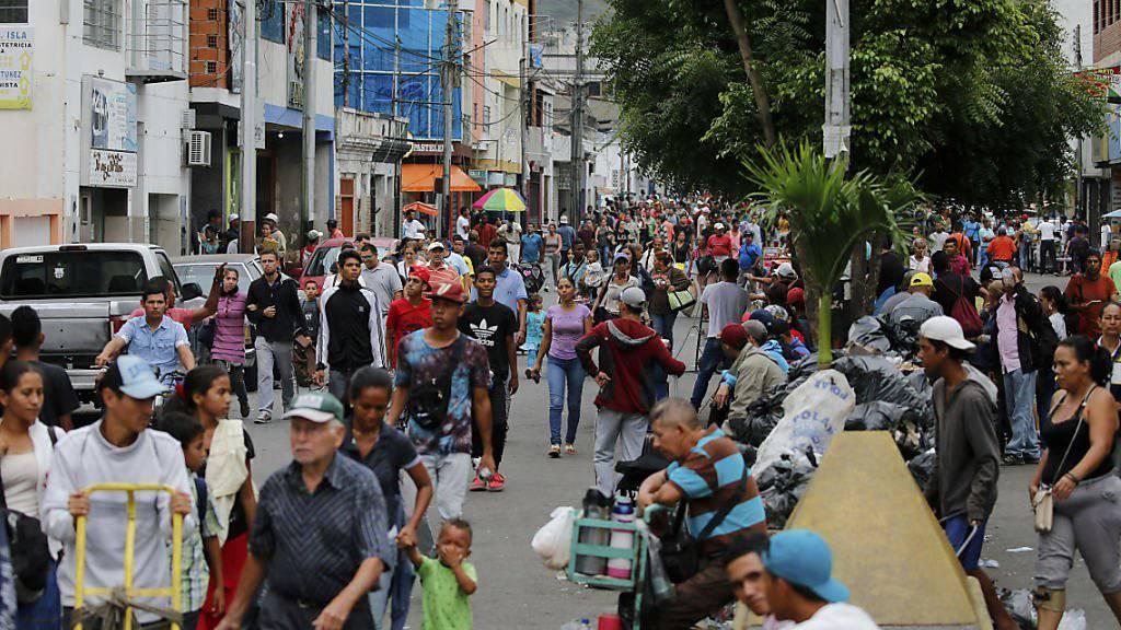 Venezolanerinnen und Venezolaner gehen in San Antonio zu Fuss über die Grenze nach Kolumbien. Einige kaufen im Nachbarland Essen und Medikamente, andere verlassen Venezuela für immer.