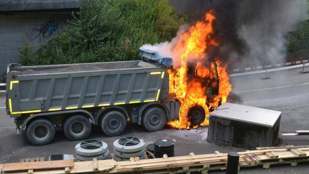 In Ettingen BL ist ein Lastwagen in Flammen aufgegangen. Die Polizei geht von einer technischen Brandursache aus.