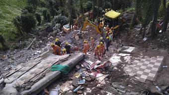Nach dem Einsturz eines vierstöckigen Gebäudes im indischen Bundesstaat Himachal Pradesh suchen Rettungskräfte nach Verschütteten. Zwölf Menschen konnten bisher nur tot geborgen werden.