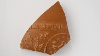 Römisches Tafelgeschirr: Scherbe einer Schüssel mit Verzierung, 2. Jahrhundert n.Chr.
