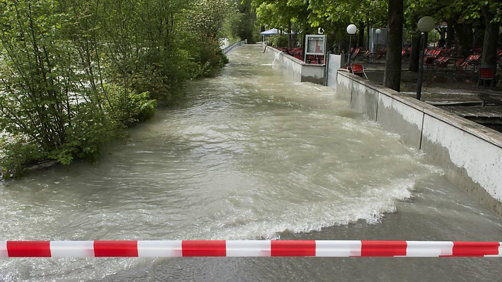 Die Aare in Bern führt nach heftigen Regenfällen Hochwasser. (Archivbild)