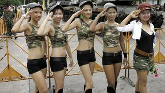Sexarbeiterinnen, wie hier vor einer provisorischen Militärkaserne in Bangkok, gehören in Thailand zum Alltag – und sind eine Touristenattraktion. Doch nicht alle haben den Beruf freiwillig gewählt, sondern wurden dazu gezwungen.