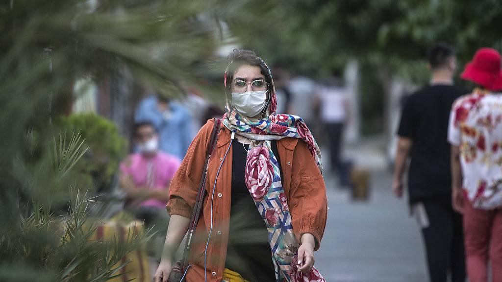 Trotz eines dramatischen Anstiegs der täglichen Corona-Neuinfektionen im Iran ist Präsident Hassan Ruhani weiterhin gegen einen Lockdown im Land. Foto: Ahmad Halabisaz/XinHua/dpa