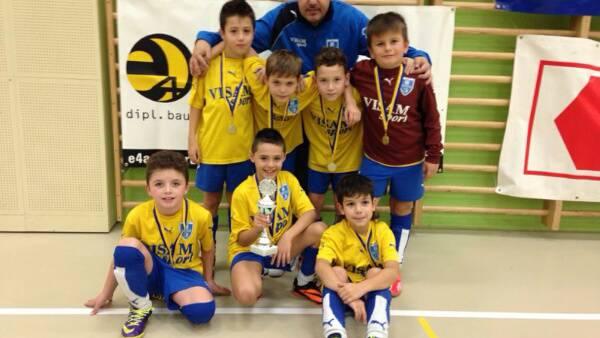 Die siegreichen Junioren Fa FC Frenkendorf beim Turnier in Oberdorf mit ihrem Trainer