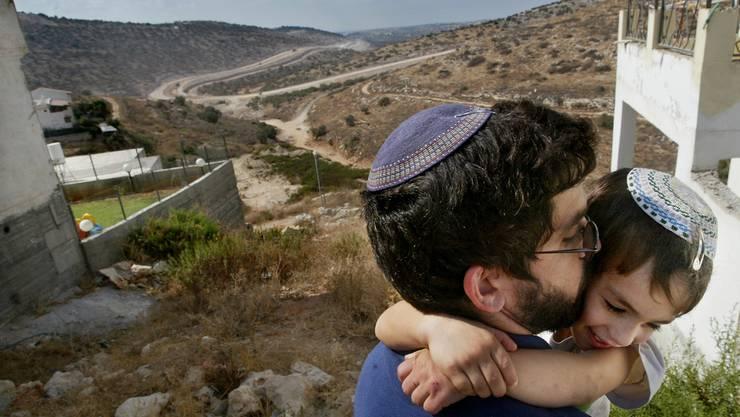 Ein jüdischer Siedler in der Umgebung der Siedlung Elkana im Westjordanland. (Archiv)