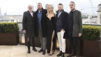 Die leichtgeschürzte Jennifer Lawrence inmitten vermummter Männer. Sie habe sich nicht wegen der Publicity so freizügig gezeigt, sondern, weil sie das schöne Kleid nicht habe unter einem Mantel verstecken wollen, sagt sie.