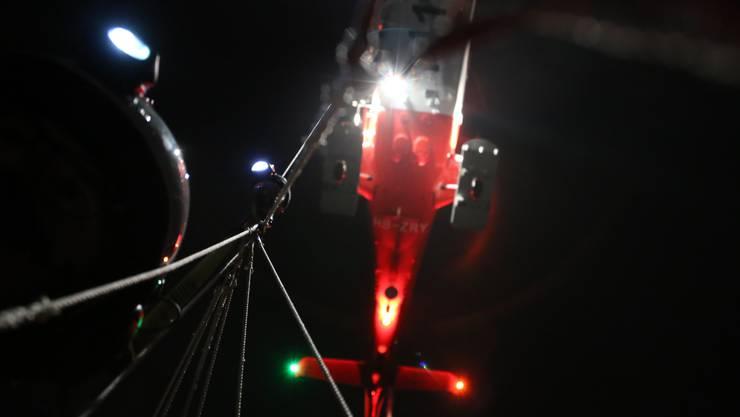 Der Rega-Helikopter lässt eine Rettungswinde herunter (Symbolbild).