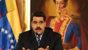 Steht im Machtkampf mit einem ihm feindlich gesinnten Parlament: der venezolanische Präsident Nicolás Maduro im Miraflores-Palast vor einem Bild des Landesgründers und Vorbildes Simón Bolívar (in einer Aufnahme vom 17. Februar dieses Jahres).