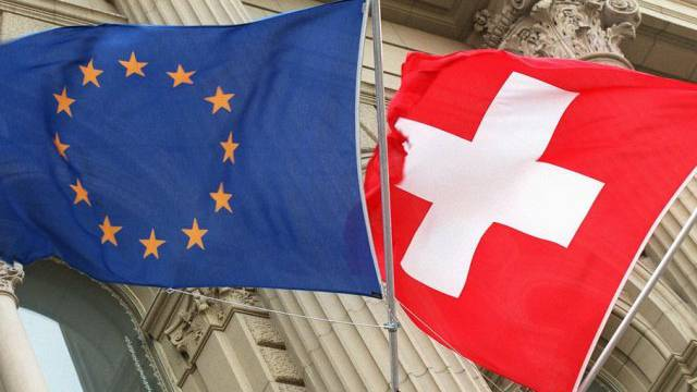 Flaggen der Schweiz und der EU (Symbolbild)