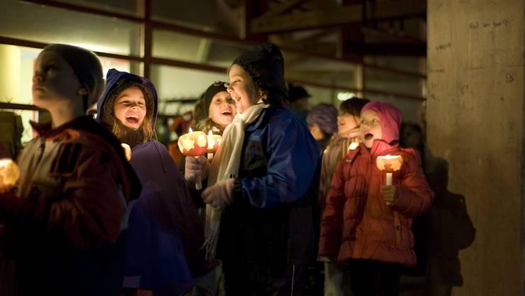 Vor dem Boswiler Schulhaus übten die Kinder noch einmal die Lieder, damit sie danach auf dem Umzug auch ja nichts vergessen. (Bild: Dino Nodari)