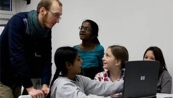Lehrer und Journalist Christoph Neuenschwander steht den Schülerinnen mit Rat und Tat zur Seite.