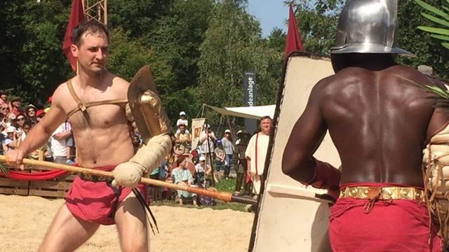 Von der Gladiatorenschule in die Arena: Africanus Pantherus und Priapos liefern sich einen erbitterten Kampf